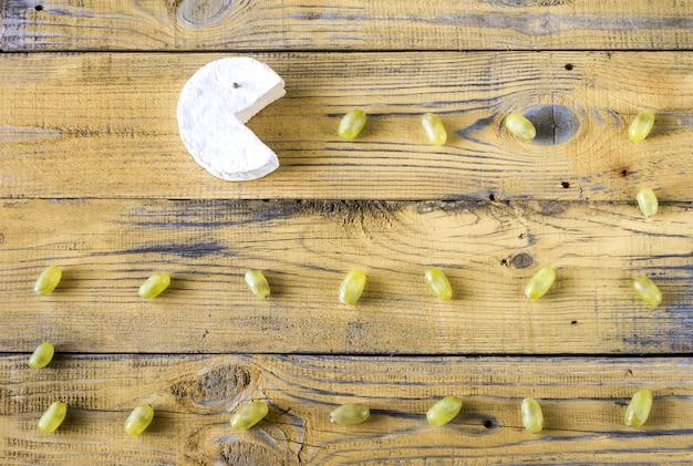 Camembert com uvas verdes