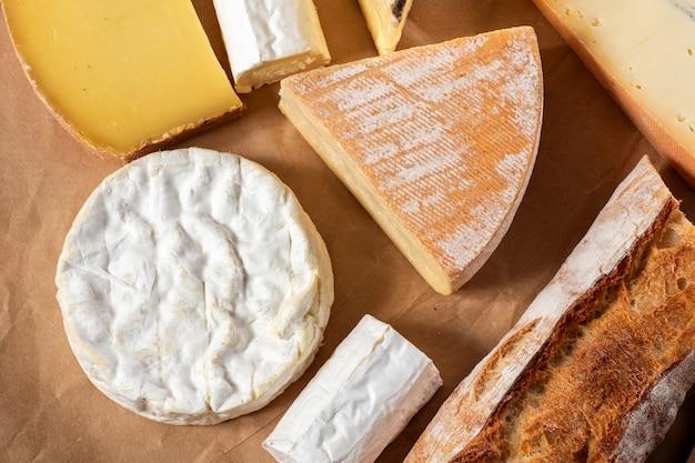 Camembert da normandia com diferentes queijos franceses