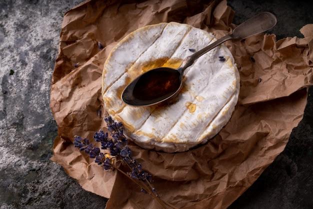 Camembert de queijo francês com concha de mel e lavanda seca
