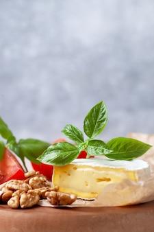 Camembert e manjericão