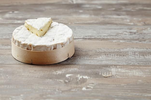 Camembert em caixa de madeira na mesa grunge