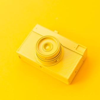 Câmera amarela antiga de alto ângulo