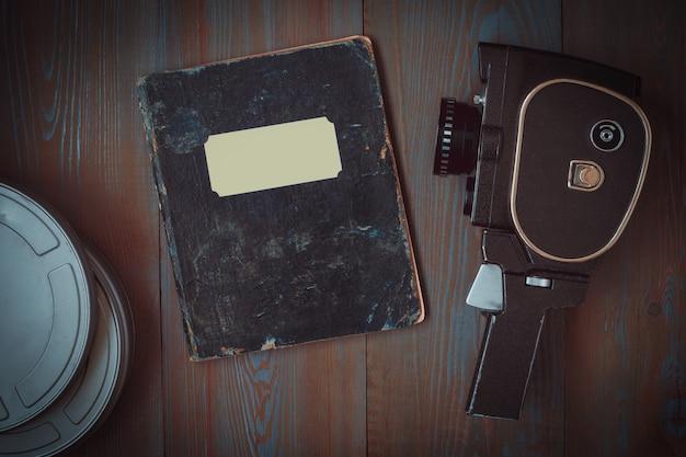 Câmera antiga, caixas de filme e um notebook