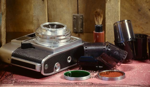 Câmera antiga com alguns acessórios