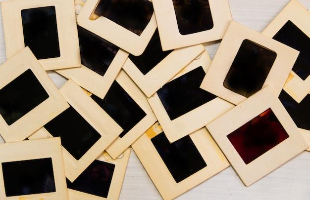 Câmera antiga com negativos e slides