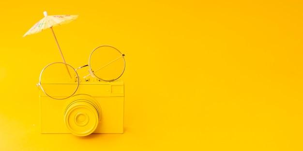 Câmera antiga com óculos e cópia-espaço