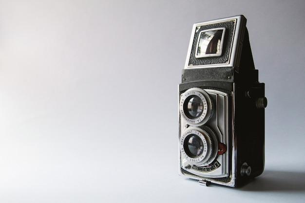Câmera antiga e rara com luz do sol e fundo branco