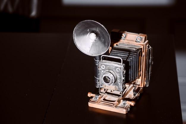 Câmera antiga em estilo vintage de mesa de madeira