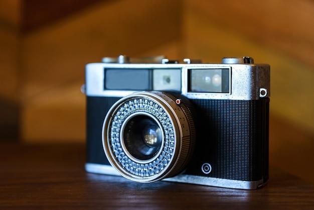 Câmera antiga flim na mesa de madeira, tom de cor vintage