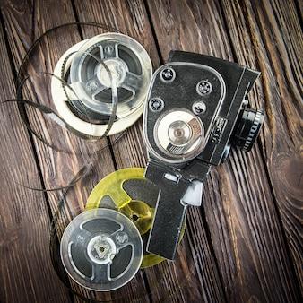 Câmera antiga na mesa de madeira