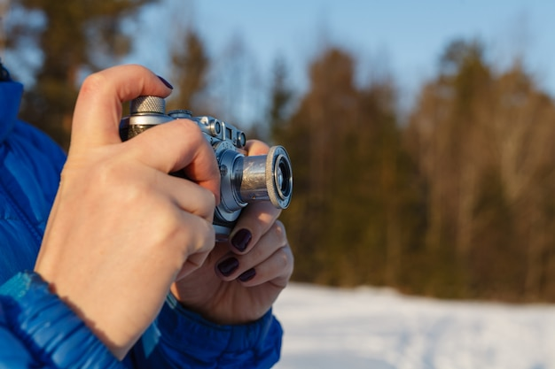 Câmera antiga nas mãos, conceito de fotografia