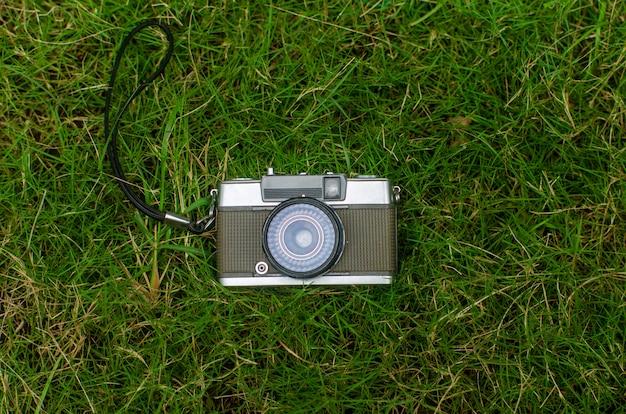 Câmera antiga, uma câmera vintage marrom no gramado