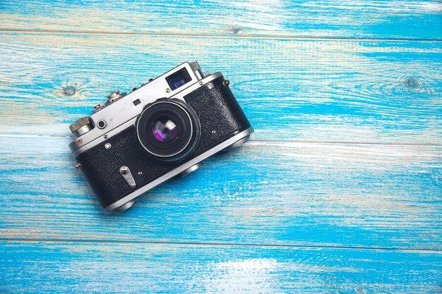 Câmera antiga vintage em fundo de madeira