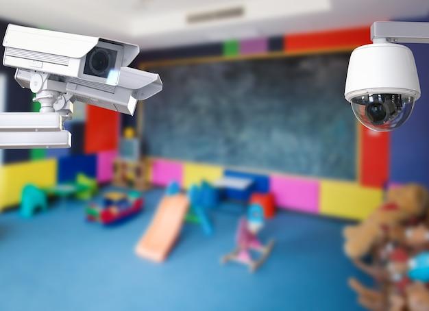 Câmera cctv de renderização 3d ou câmera de segurança no fundo do quarto das crianças
