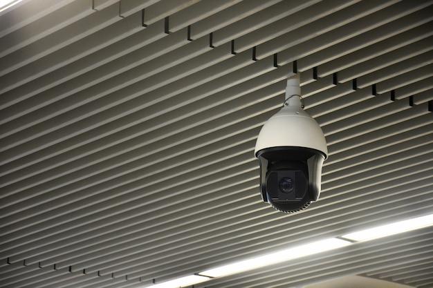Câmera cctv de segurança interna moderna ou sistema de vigilância no teto