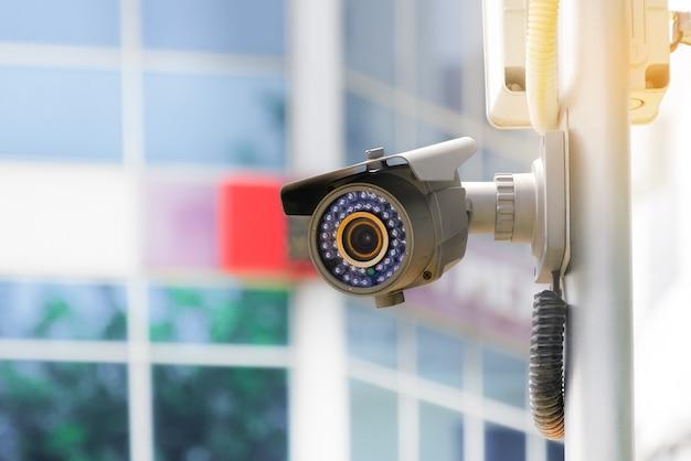 Câmera cctv moderna em um poste elétrico