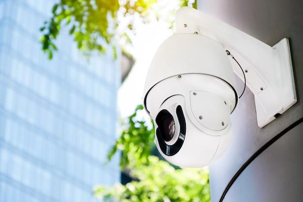Câmera cctv moderna na parede externa