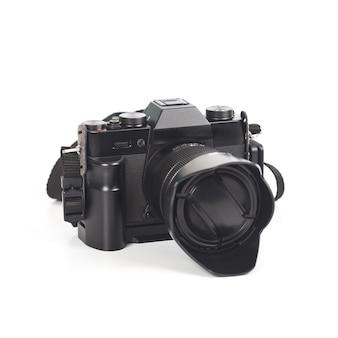Câmera com o close da lente isolado no fundo branco