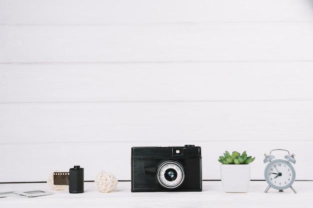 Câmera com relógio, planta e negativos