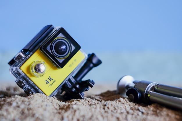 Câmera de ação de foco suave na praia de areia tropical