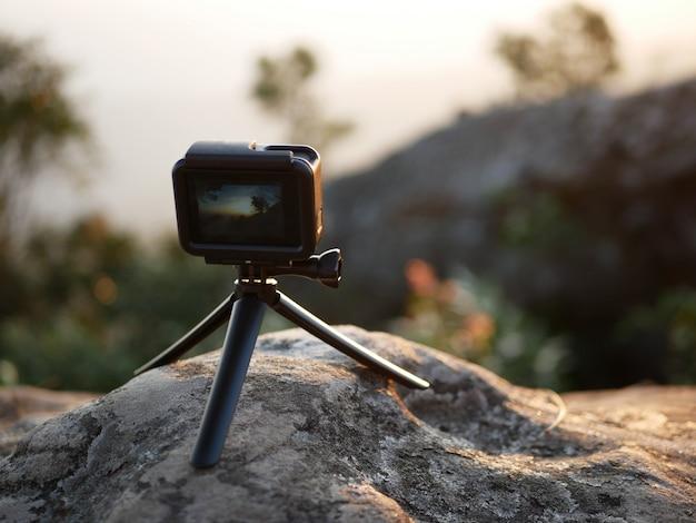 Câmera de ação no chão, para capturar a natureza ao pôr do sol.