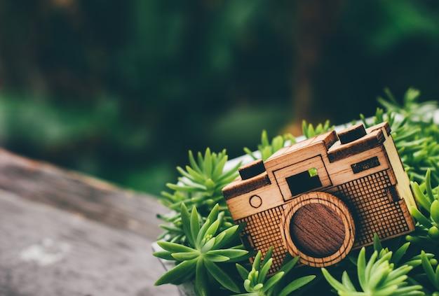 Câmera de brinquedo de madeira no gramado verde grama