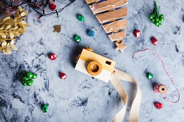 Câmera de brinquedo em uma mesa com decorações de natal