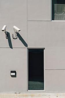Câmera de cctv na frente do prédio