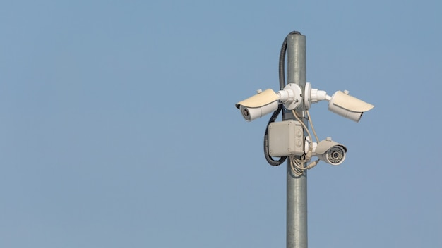 Câmera de cftv giratória de alta qualidade no fundo do céu.