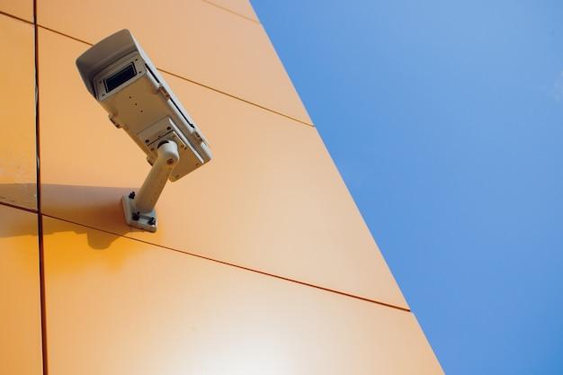 Câmera de cftv moderna na parede.