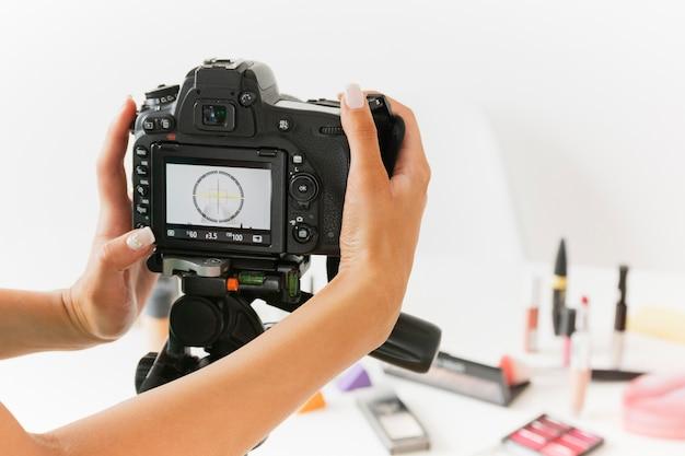Câmera de configuração de mulher de ângulo alto para gravar