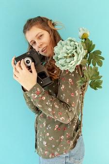 Câmera de exploração de mulher bonita
