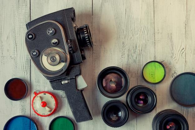 Câmera de filme antigo e várias lentes
