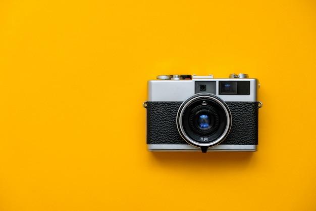 Câmera de filme de moda em amarelo