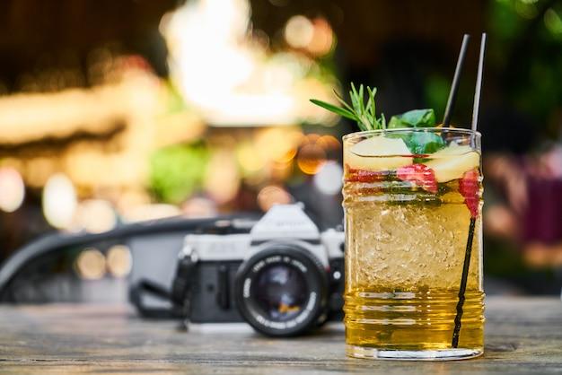 Câmera de filme e coquetel legal