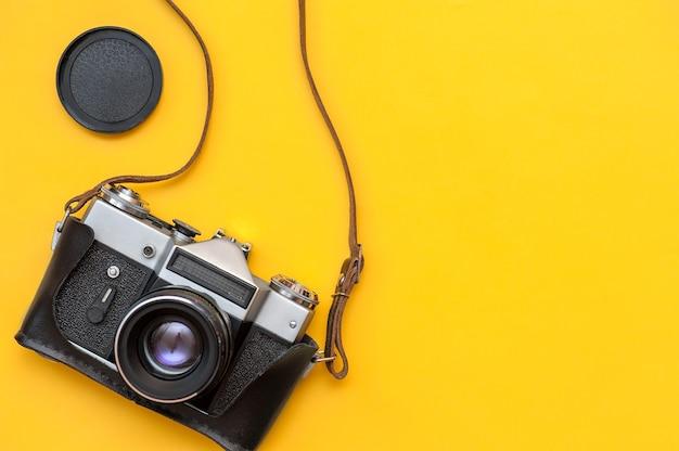 Câmera de filme retrô em fundo amarelo