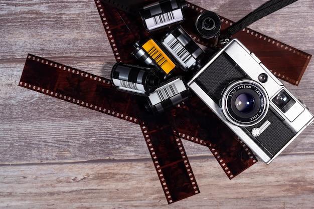Câmera de filme vintage e filme negativo