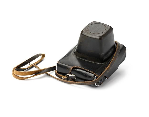 Câmera de filme vintage em estojo de couro marrom com alça isolada na superfície branca