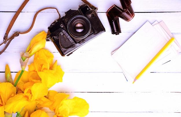 Câmera de filme vintage em estojo de couro,
