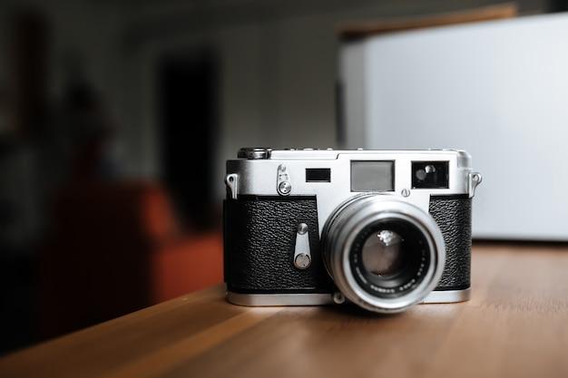 Câmera de filme vintage em um espaço em branco