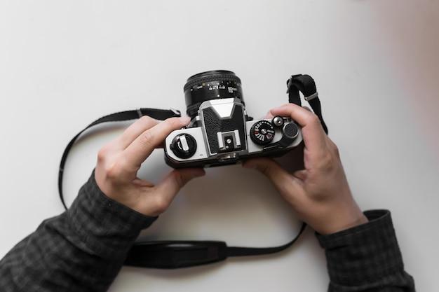 Câmera de filme vintage no homem mãos em um espaço em branco
