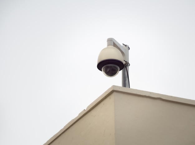 Câmera de segurança cctv em um poste alto para proteção pública