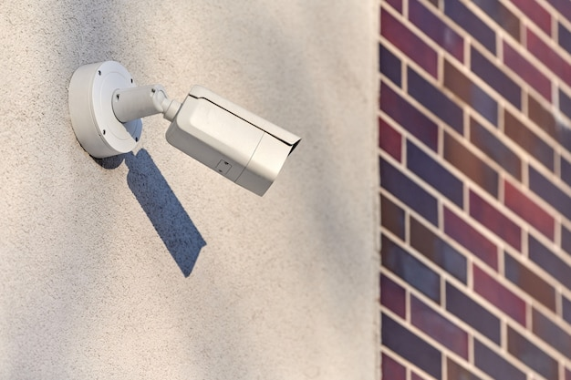 Câmera de segurança cctv ip no fundo da parede de concreto, paisagem urbana. área protegida, zona industrial.