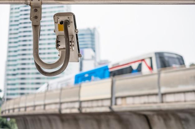 Câmera de segurança cctv na estação de skytrain da cidade