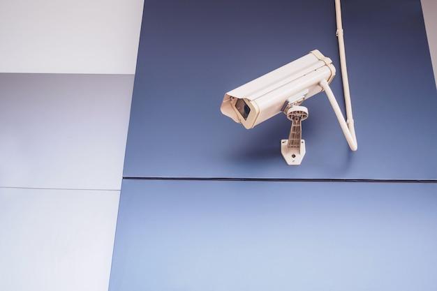 Câmera de segurança cctv na parede em frente à loja