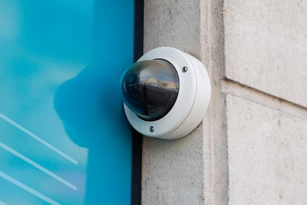 Câmera de segurança cctv na parede na rua