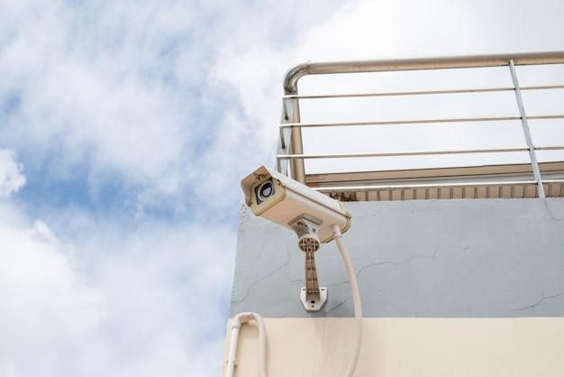 Câmera de segurança cctv no muro de concreto