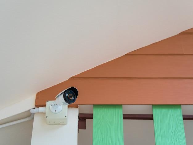 Câmera de segurança cctv sob o telhado