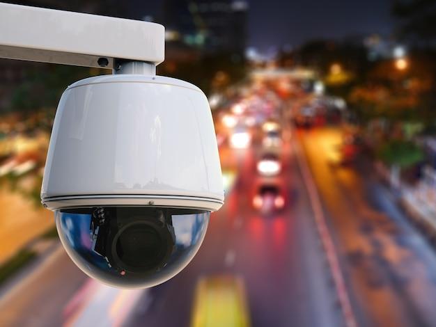 Câmera de segurança de renderização 3d ou câmera cctv com plano de fundo da cidade