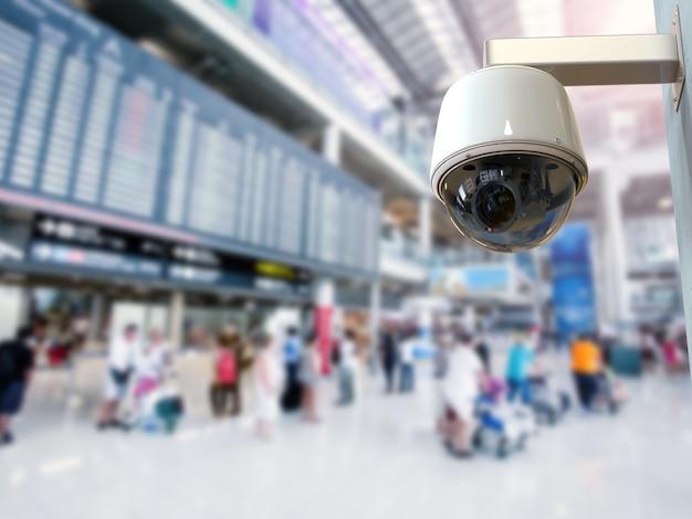 Câmera de segurança de renderização 3d ou câmera cctv no aeroporto